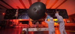 La sonda al-Amal durante i test presso il Mohammed bin Rashid Space Centre di Dubai (© MBRSC)