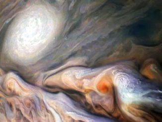 Strane formazioni a forma fungo nell'atmosfera di Giove