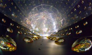 Uno dei rivelatori per antineutrini dell'esperimento Day Bay. Crediti: Roy Kaltschmidt, Lawrence Berkeley National Laboratory/Wikimedia Commons