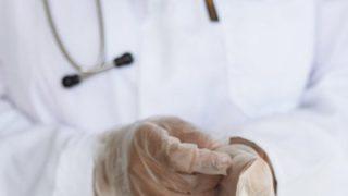 """La Francia si spacca sui certificati di verginità per le ragazze. I medici: """"Sbagliato vietarli"""""""