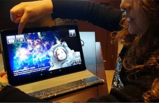 """Una giovane programmatrice alle prese con l'attività proposta dall'Inaf, e selezionata dalla Commissione Europea, """"Crea il tuo astro-documentario con Scratch"""""""