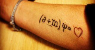 Equazione dell'amore impressa sul braccio di un giovane amante