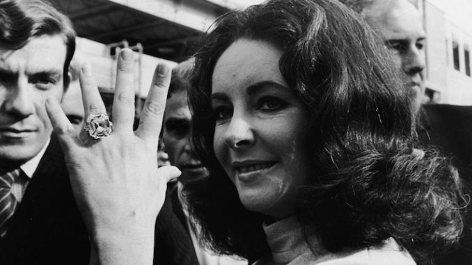 Elizabeth Taylor con il diamante da 33,19 carati regalatole dal marito Richard Burton nel 1968 (Express Newspapers/Hulton Archive/Getty Images)