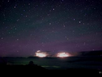 Saette blue jet che salgono verso il cielo delle Hawaii