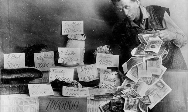 Durante la Repubblica di Weimar, l'iper-inflazione susseguente alla fine della Prima guerra mondiale portò alle stelle i prezzi dei generi alimentari, come si vede in questa foto del 1923. Albert Harlingue/Roger Viollet via Getty Images