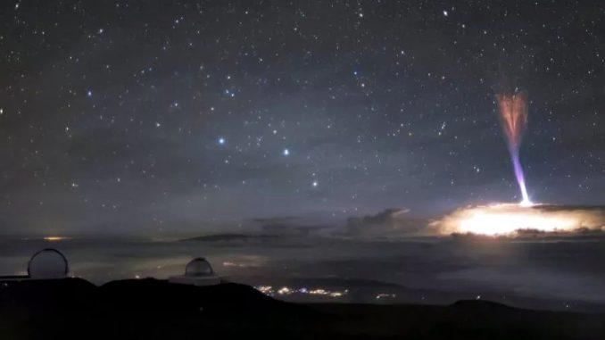 """Spettacolo ultraterreno nel cielo delle Hawaii: fulmini rossi e blu """"al contrario"""" si scagliano verso lo spazio"""