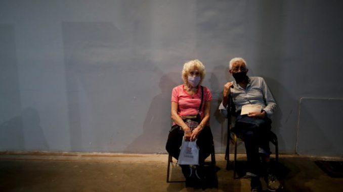 Una coppia di anziani dopo la somministrazione del vaccino contro il coronavirus a Buenos Aires, in Argentina, il 22 febbraio 2021. (AP Photo/ Natacha Pisarenko)