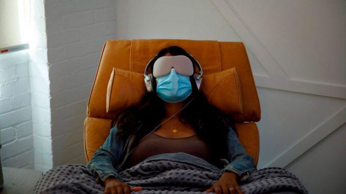 Una donna fa una dimostrazione dell'esperienza del paziente al Field Trip, una clinica di terapia psichedelica a Toronto, 2020. COLE BURSTON / AFP tramite Getty Images