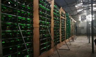 © STRINGER / IMAGINECHINA / IMAGINECHINA VIA AFP - Computer per la produzione di bitcoin in Cina