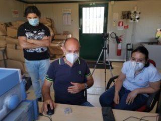 Da sinistra, Andrea Melis, Francesco Gaudiomonte e Adelaide Ladu, il team di ingegneri Inaf che ha installato le antenne e monitorato l'esperimento (cliccare per ingrandire). Crediti: Paolo Soletta/Inaf Cagliari