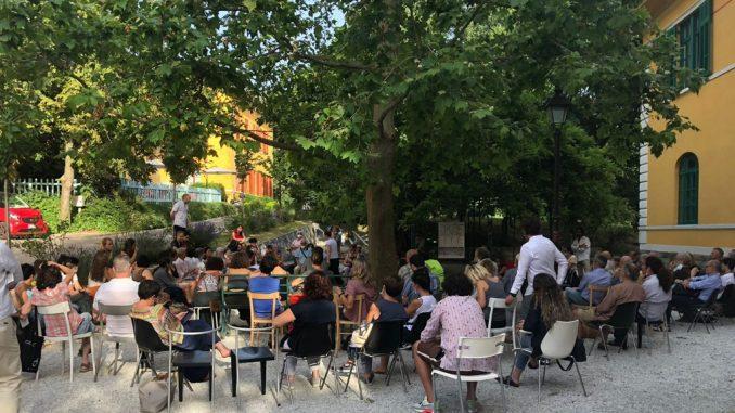 Un'assemblea nel parco dell'ex manicomio di San Giovanni, Trieste. (Per gentile concessione dell'Accademia della follia)
