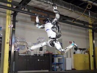 Il robot Atlas si allena nel percorso a ostacoli