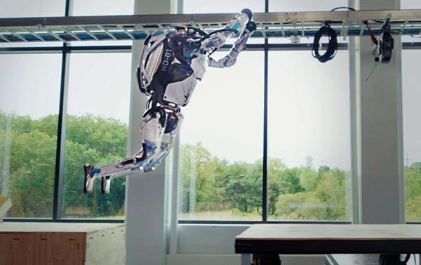 Atlas, il robot umanoide di Boston Dynamics fa parkour di coppia: impressionante!