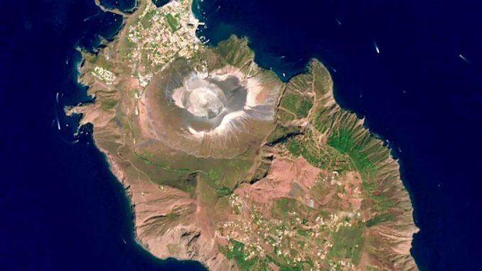 Nuove bocche di emissione di gas a bassa quota: il vulcanologo spiega cosa sta accadendo sull'isola di Vulcano
